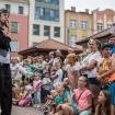 Spektakl uliczny Błazenologia. Teatr Na Walizkach