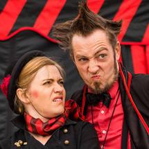 Teatr uliczny - Teatr Na Walizkach w spektaklu ulicznym Beczka Śmiechu